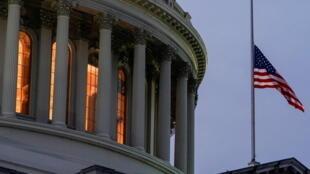 2021年1月11日,民主黨國會議員起草對美國總統特朗普彈劾案時,飄揚在美國國會的國旗下半旗。