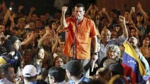 O candidato da oposição para as presidenciais venezuelanas Henrique Capriles prometeu durante comício cortar benefícios atuais para Cuba.