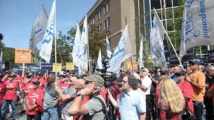 Manifestation des fonctionnaires contre une réforme du fonds de pension des retraites, le 20 août 2014 dans la banlieue de Montréal.