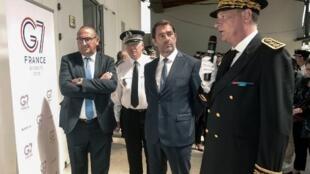 Christophe Castaner, accompagné par son secrétaire d'État Laurent Nunez (à gauche) et du directeur général de la police nationale Éric Morvan (2e gauche), écoute le préfet des Pyrénées-Atlantique Éric Spitz, le 20 août 2019, à Biarritz.