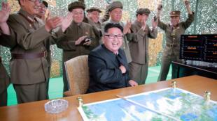 Lãnh đạo Bắc Triều Tiên Kim Jong Un theo dõi vụ thử tên lửa Hwasong -10. Ảnh do hãng tin Triều Tiên ( KCNA ) phổ biến ngày 23/06/2016.