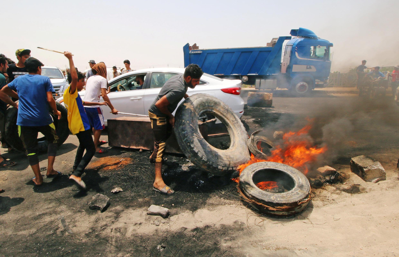 """معترضان، با آتش زدن لاستیک جادۀ ورود به شهر """"بصره"""" را مسدود کردند. پنجشنبه ٢١ تیر/ ١٢ ژوئیه ٢٠۱٨/"""