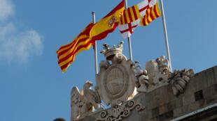 2017年10月28日,加泰羅尼亞宣布脫離西班牙獨立的次日,巴塞羅那市政廳建築上方依然飄揚着加泰,西班牙和自治區政府三面旗幟。