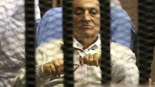 O ex-presidente egípcio Hosni Mubarak durante uma primeira tentativa de retomada do julgamento em abril de 2013.