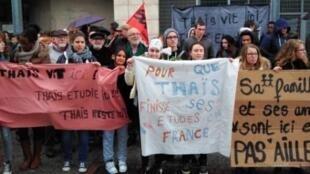 Os colegas da brasileira Thaís Moreira protestaram contra sua expulsão em frente o colégio onde a jovem está matriculada.