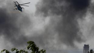 Helicóptero ucraniano atira em rebeldes no terminal principal do aeroporto internacional de Donetsk, na segunda-feira, 26 de maio de 2014.