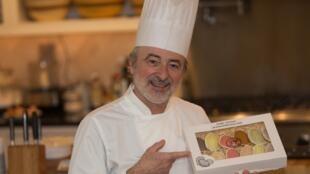 Chef Patrice présente ses madeleines disponibles en ligne.