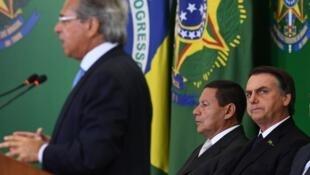 Jair Bolsonaro et son vice-président Hamilton Mourao, lors d'un discours du ministre brésilien de l'Economie Paulo Guedes le 7 janvier 3019 à Brasilia.