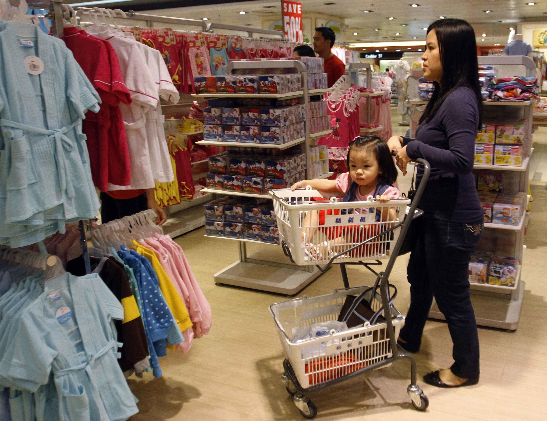 Khách hàng mua sắm tại một siêu thị ở Manila.