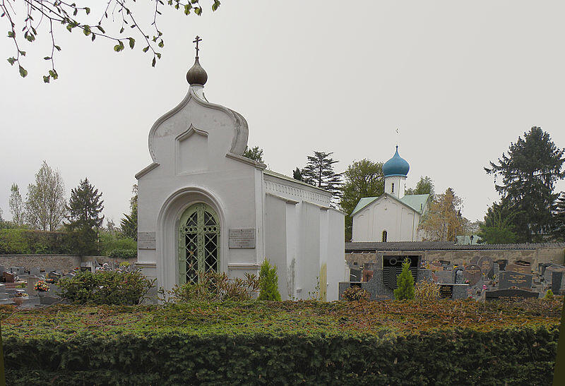 Церковь на кладбище в Сент-Женевьев-де-Буа, где похоронены известные русские военные, представители духовенства, писатели, художники