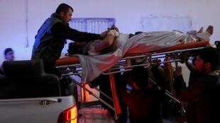Пострадавшего при взрывах в Кабуле перевозят в больницу, 10 января 2017 г.