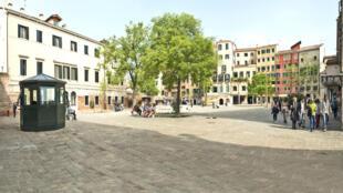 En Italie, la place principale du ghetto de Venise, dans un quartier dénommé l'île de Cannaregio, en Italie.