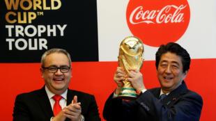 Cúp vàng FIFA du lịch vòng quanh thế giới và đến Nhật Bản ngày 27/04/2018. Thủ tướng Shinzo Abe và chủ tịch Coca-Cola Nhật Bản Jorge Garduno, Tokyo, Nhật Bản.