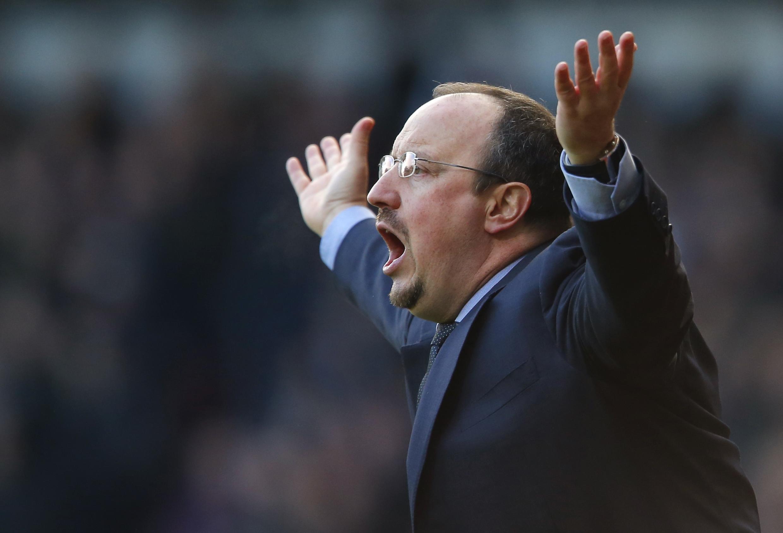 Kocha wa muda wa Chelsea Rafael Benitez akiwajibika wakati timu yake ikiwa dimbani