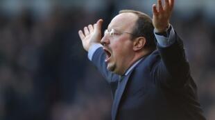 Kocin Chelsea Rafa Benitez ya ware hannaye yana magana da 'Yan wasan shi a lokacin da suka sha kashi hannun West Ham a wasan Premier
