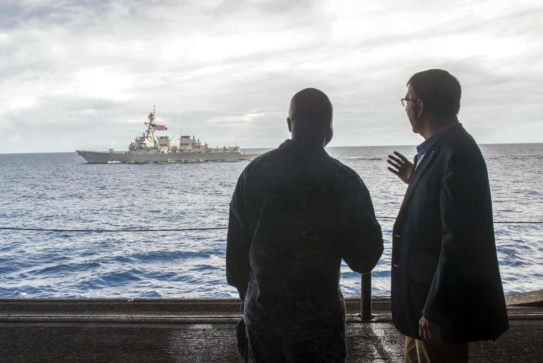 Bộ trưởng Quốc Phòng Mỹ Ashton Carter (P) trên chiếc USS Theodore Roosevelt, ở Biển Đông. Ảnh ngày 05/11/2015; Phía xa là chiếc USS Lassen