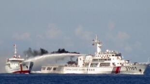 中国海警船向越南巡逻艇放射水炮。图片摄于2014年5月3日。