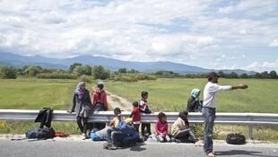 Hussein et sa famille ont payé 2000 euros par personne aux passeurs pour rejoindre l'Allemagne. Ils viennent d'être expulsés de Macédoine vers la Grèce.