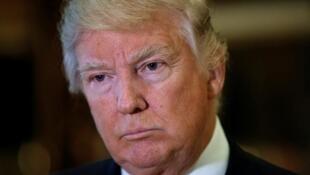 Donald Trump không hài lòng về việc kém Hillary Clinton 3 triệu phiếu bầu của người dân.