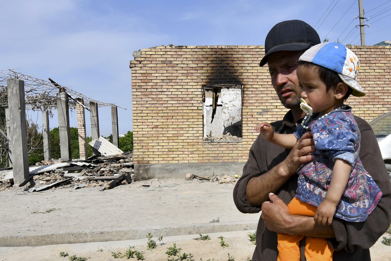 Жители села Максат возле своих домов, разрушенных в результате боевых действий. Кыргызстан, 4 мая 2021 г.