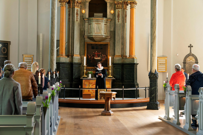 El reverendo Lars Gustav Lindhardt oficia la primera celebración religiosa, después del cierre por la pandemia, en la iglesia de Frederiksberg, en Copenhague, Dinamarca, en la fiesta de la Ascensión, el jueves 21 de mayo de 2020.