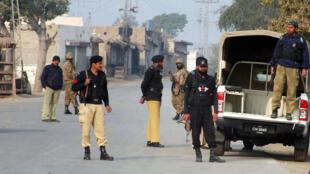 Des soldats et policiers pakistanais montent la garde autour du lieu d'un attentat, à Bannu, en janvier 2014.