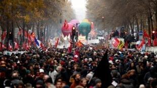 Des dizaines de milliers de personnes étaient dans la rue jeudi 5 décembre 2019 partout en France .