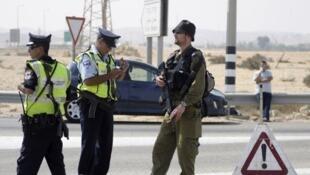 Patrulla de soldados y policías israelíes en el desierto de Néguev.