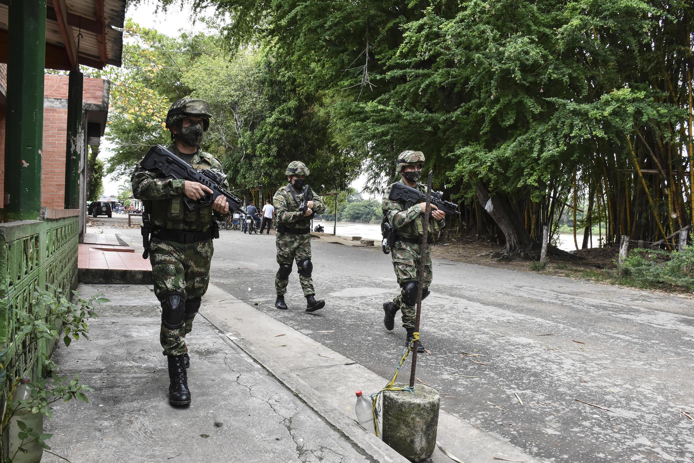 Soldados colombianos patrullan cerca del río Arauca en el municipio de Arauquita, en Colombia, el 25 de marzo de 2021