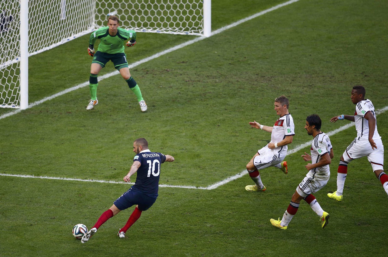 Thủ môn Đức Neuer chặn cú sút của cầu thủ Pháp Benzema - REUTERS /Ricardo Moraes
