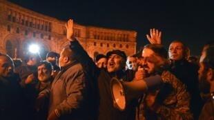 Rassemblement spontané d'Arméniens devant le siège du gouvernement, dans la nuit du 9 au 10 novembre 2020.