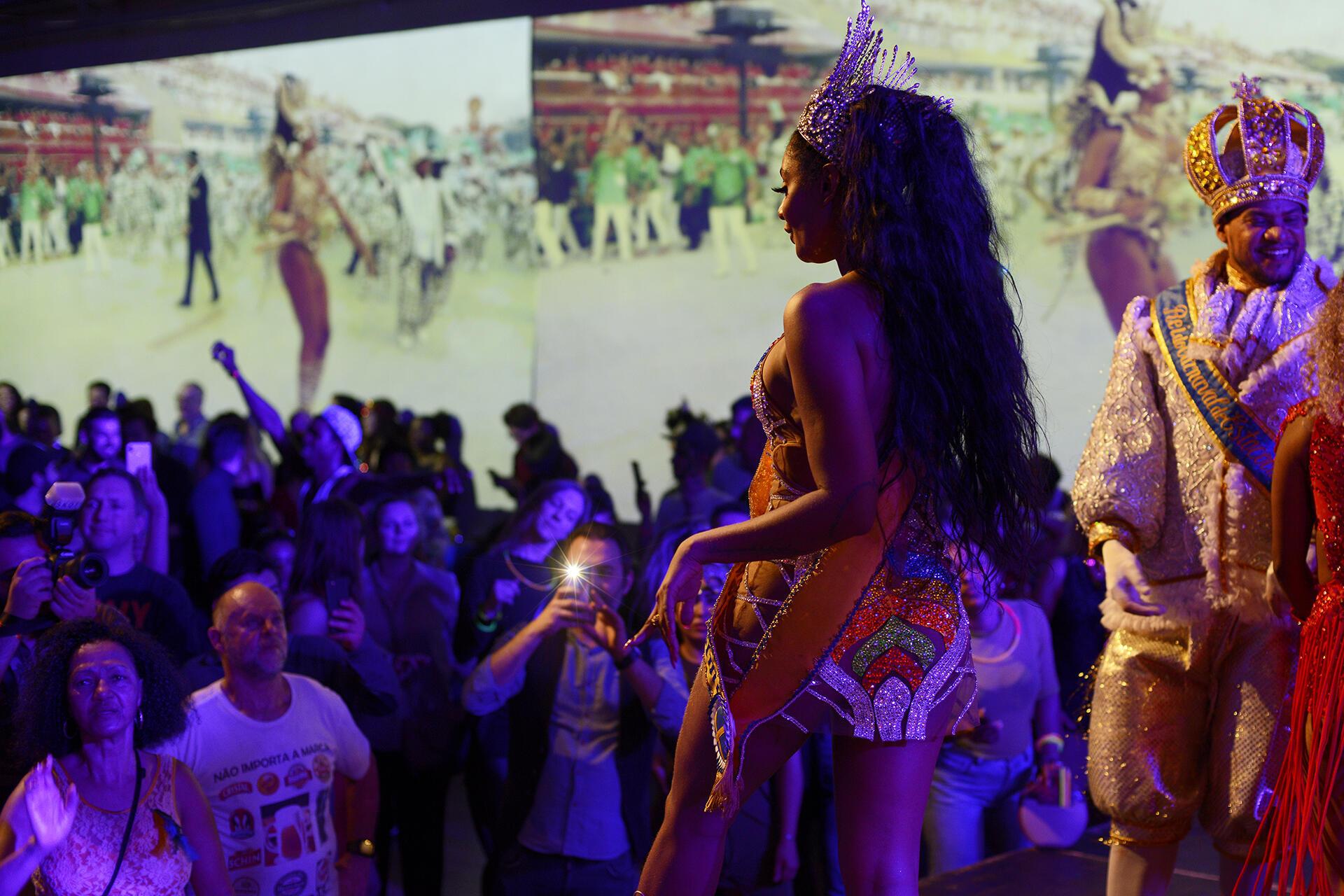 Foliões europeus admiram passos de Camila Silva, a paulistana coroada rainha do Carnaval da Suécia.