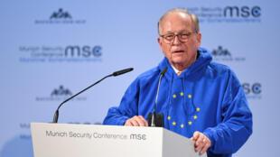 Le président de la conférence de Munich sur la sécurité, Wolgang Ischinger (notre photo). L'homme l'a ouverte revêtu d'un pull à capuche frappé des étoiles européennes, ce 15 février 2019.