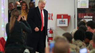 Le président américain Donald Trump et la première dame Melania Trump lors de la visite à la base d'el-Asad, en Irak, le 26 décembre 2018.