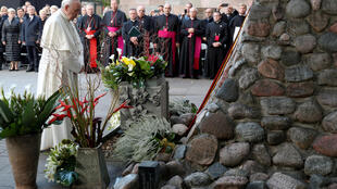 Le pape François se recueille au mémorial du Musée des occupations et des combats de la liberté de Vilnius, le 23 septembre 2018.