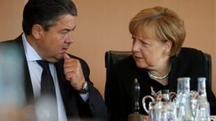 Министр экономики Германии Зигмар Габриэль и канцлер Германии Ангела Меркель, Берлин, 20 августа 2014 г.