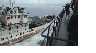 Ảnh chụp từ video đăng ngày 28/04/2019: tàu kiểm ngư Việt Nam lao thẳng vào tàu chiến Indonesia