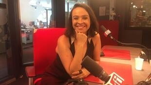 A cineasta Jorane Castro no estúdio da RFI