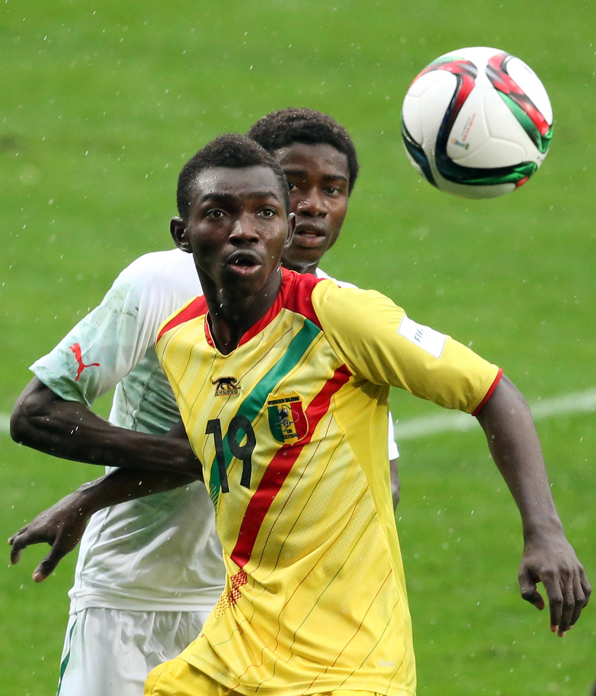 Le Malien Adama Traoré devant le Sénégalais Moussa Wagué.