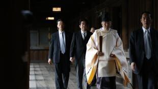 O premiê japonês Shinzo Abe (ao centro, de terno) é conduzido por um sacerdote durante sua controversa visita ao santuário Yasukuni, em Tóquio, nesta quinta-feira, 26 de dezembro de 2013.