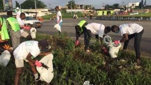 Durant la marche sportive, les Béninois ont ramassé 813 kilos de plastique qui vont être transformés en pavés, en pots de fleurs et en bureaux pour écoliers.
