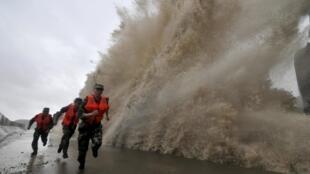 Tufão Fitow deixa a China em alerta máximo