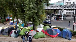 巴黎斯大林格勒地铁桥附近的难民帐篷