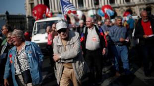 Aposentados franceses protestam nesta quinta-feira (18) contra queda no poder aquisitivo