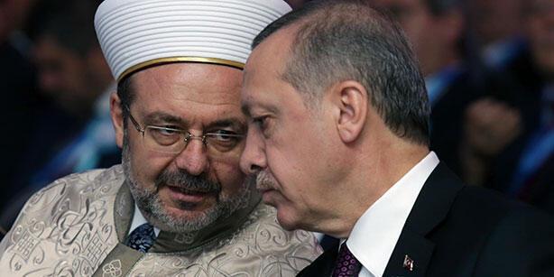 اردوغان در کنار محمد گؤرمز، رئیس سازمان دیانت ترکیه