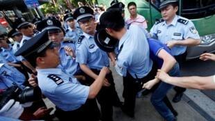 9.18上海日本領館附近警察逮捕抗日示威者2010