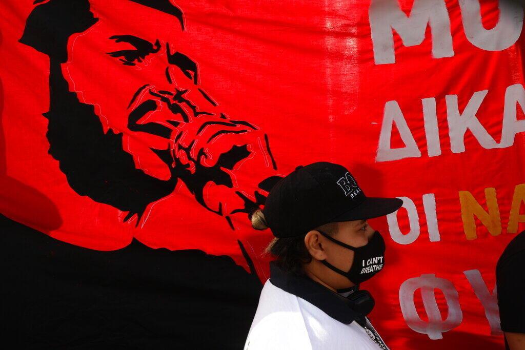 Una banderola con una imagen del raoeri Pavlos Fyssas, asesinado por miembro de Amanecer Dorado ddelante de la corte penal de Atenas, el 7 de octubre de 2020.