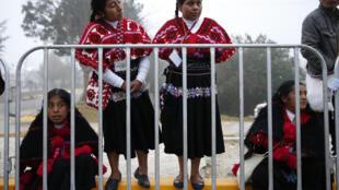 Mujeres indígenas esperan la llegada del papa desde tempranas horas, antes de la misa en San Cristóbal de Las Casas, 15 de febrero de 2016.