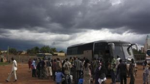 Après avoir fui la ville de Gao, des Maliens attendent dans une station de bus de Bamako pour retourner chez eux, le 3 septembre 2012.