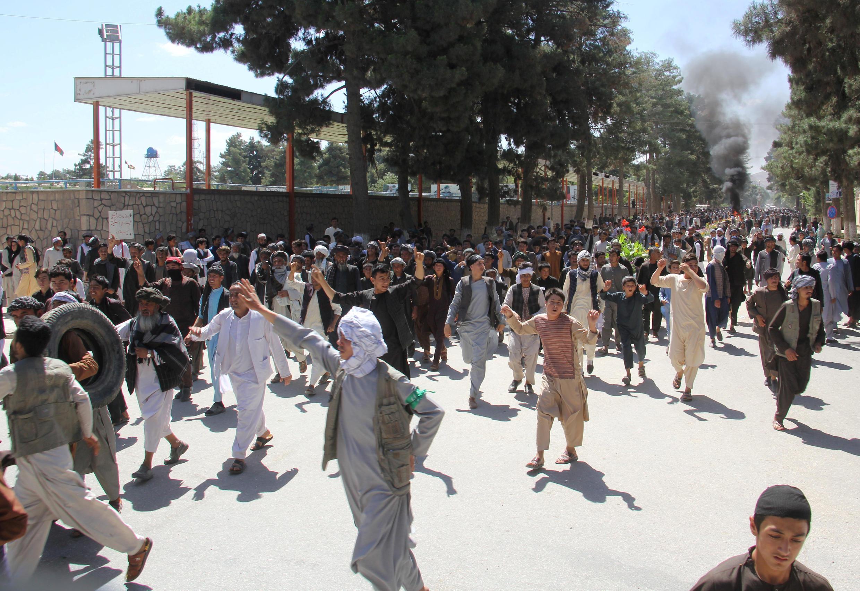 """تظاهرات هواداران """"نظامالدین قیصاری""""، در اعتراض به بازداشت وی، در مَیمَنه مرکز ولایت (استان) فاریاب در شمال افغانستان. چهارشنبه ۱٣ سرطان/ ٤ ژوئیه ٢٠۱٨"""